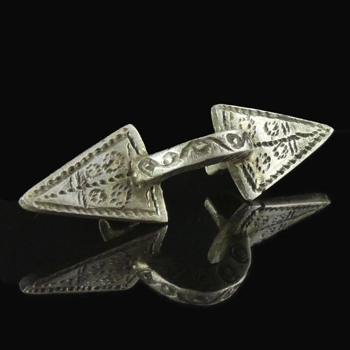 Early medieval Silver Germanic decorated bow brooch, rare type - (1)