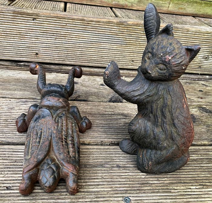 pair of doorstoppers: cat and boot puller beetle, beautifully lived - Iron (cast) - Late 20th century