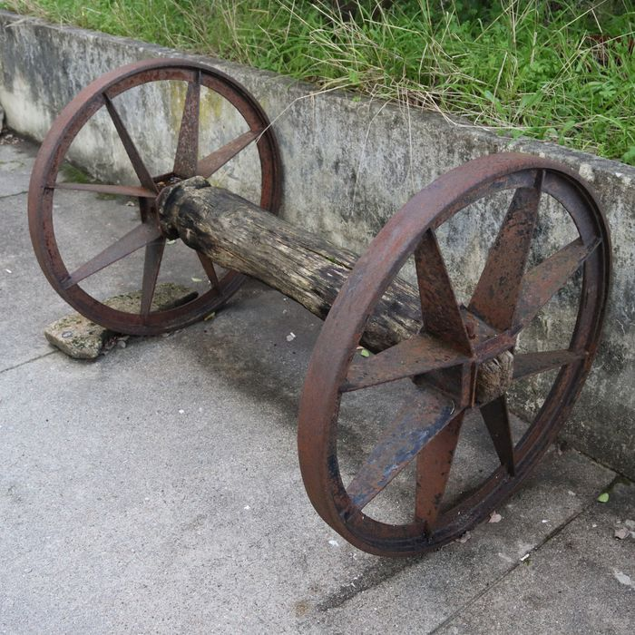 Old pair of wagon wheels - Agricultural tailors for decoration - Wood, Metal - Late 19th century