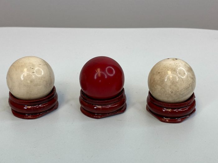 Three ivory balls on stand - Certificate included (3) - Ivory - Circa 1890