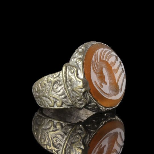 Post-medieval Silver large Ring with carnelian intaglio with mythical horse - (1)