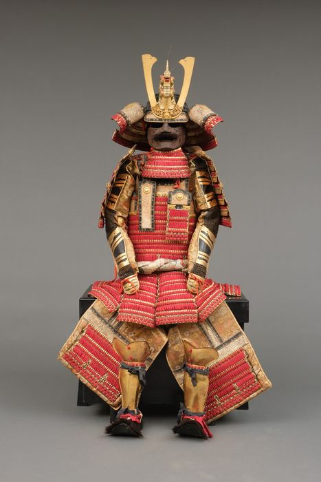 O-yoroi - traje de samurái de alto rango - Textil - metal - Partly gold lacquered suit-of-armour with red cords (kurenai'ito odoshi dômaru)& large kabuto helmet - Japón - Taisho - Período temprano de Showa