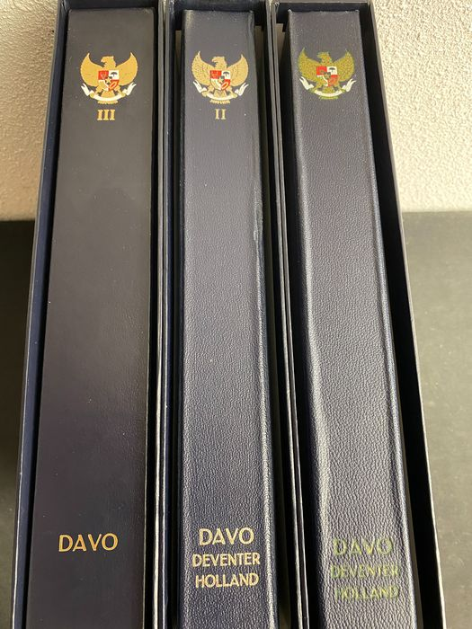 Indonesien 1949 - Collection in 3 luxury Davo albums Indonesia almost complete and almost MNH RIS RIAU POSTAGE DUE