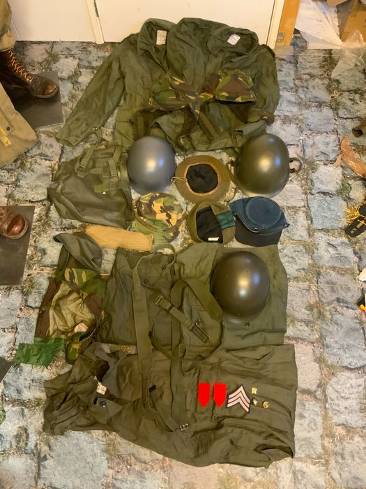 Netherlands - Lot varia militaria: Large lot with various military equipment and clothing.