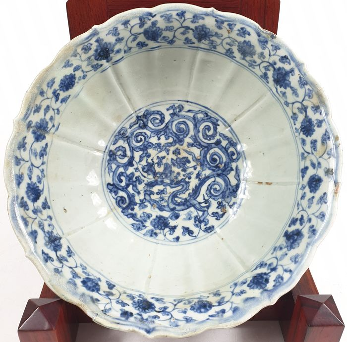 Schaal/kom - Blauw en wit - Porselein - Dragon - Xuande Mark and of the period - China - 16e eeuw