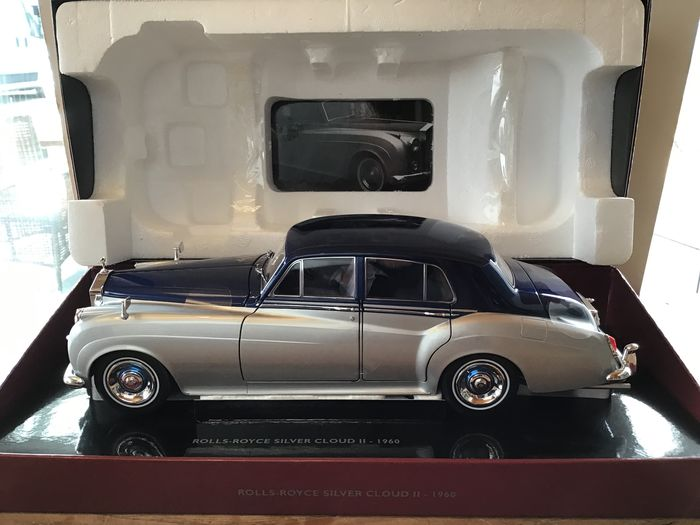 MiniChamps - 1:18 - 1960 - Rolls Royce Silver Cloud II - 2-tone Silver/Blue - Full Opening Parts - Limited Edition