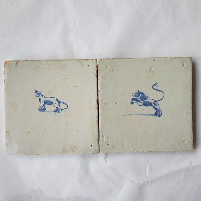Two antique tiles with lion and lioness (2) - Earthenware