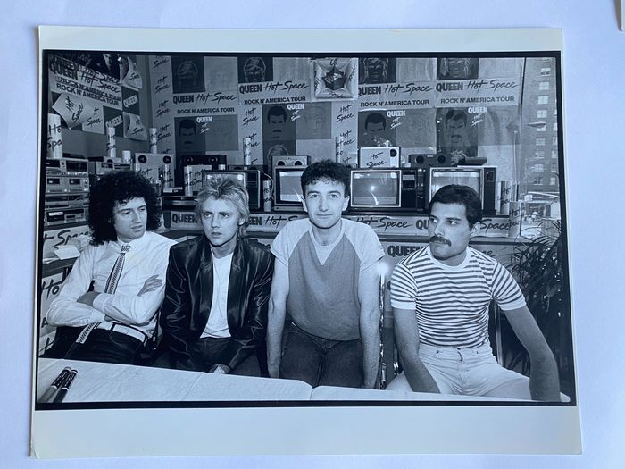 Queen & Related - Queen Crazy Eddie Record Store New York 1982 Ann Clifford - Photograph -set in person - 1982/1982