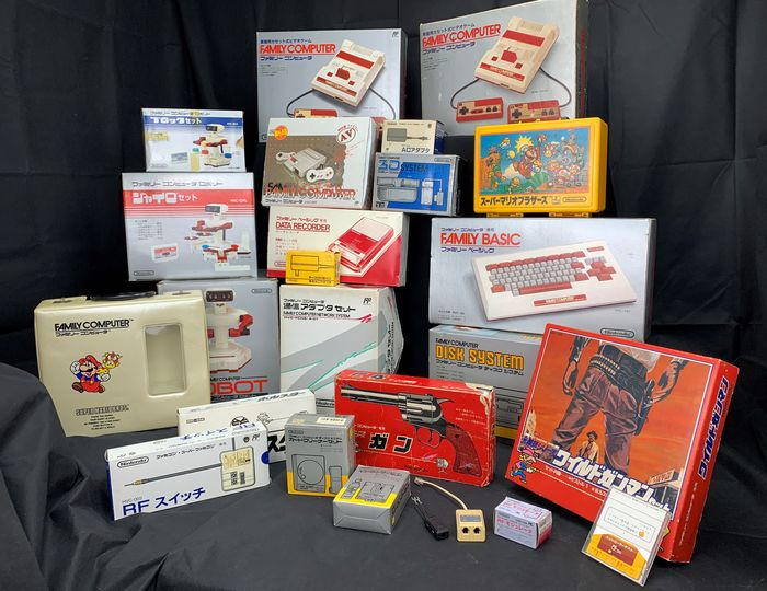 Nintendo All Famicom consoles models and accesories released by Nintendo - Console and all peripheals - Dans la boîte d'origine