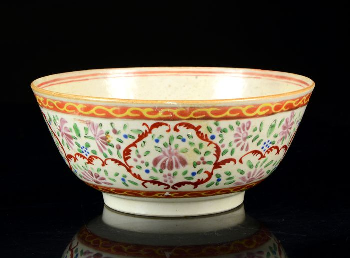 A large bowl - Bencharong - Porcelain - Straits Chinese porcelain - For Thai market - China, export for South East Asia - 19th century