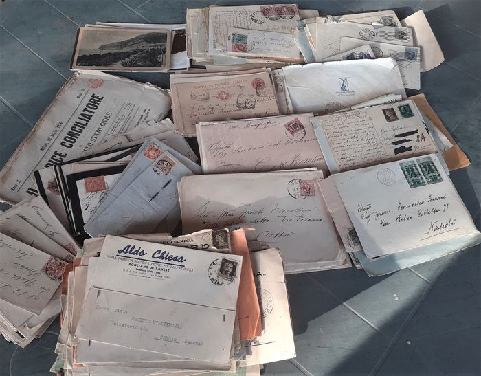 Royaume d'Italie 1863/1945 - Lot of 300 postal documents including envelopes, packets, postal stationery, and postcards of the
