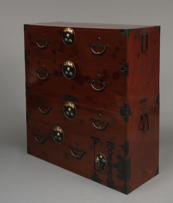 iso dansu - Madera lacada - Large beautiful dark red iso dansu, decorated with symbols of luck; completely restored & functional - Japón - Periodo Meiji (1868 -1912)