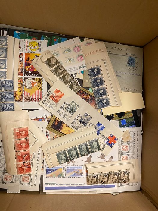 Welt 1860 - Surprise box with 10 kilograms of worldwide stamps, loose, envelopes, FDCs, on cards, blocks, album
