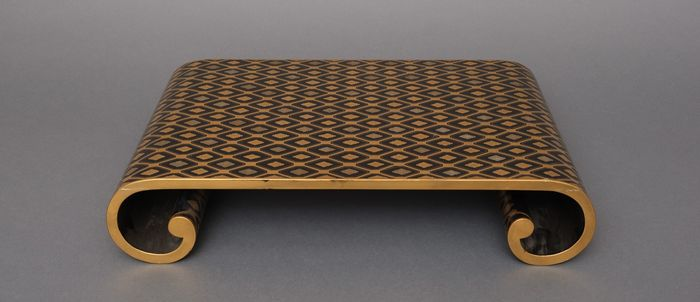 Articoli lacche/Urushi - geometrico - Legno laccato - Black lacquered display table with curved sides and intriguing geometrical pattern executed in gold - Giappone - Meiji - periodo Taisho