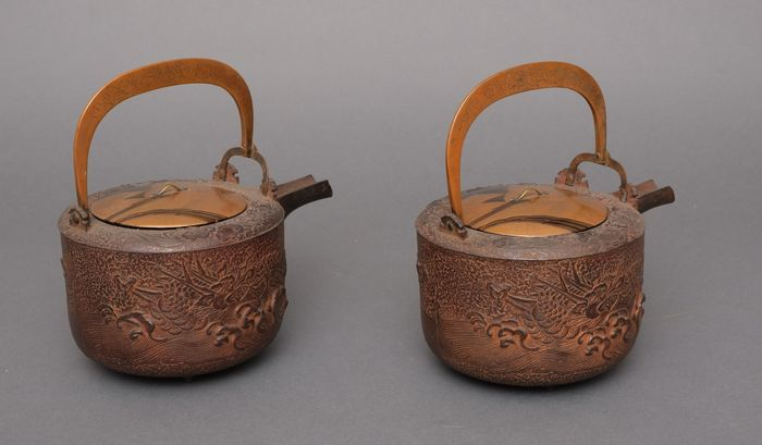 Vasos de sake (2) - hierro fundido y madera - 2 iron sake vessels (chōshi) decorated with a dragon-in-water in relief, and nicely lacquered lids - Japón - Periodo Meiji (1868 -1912)