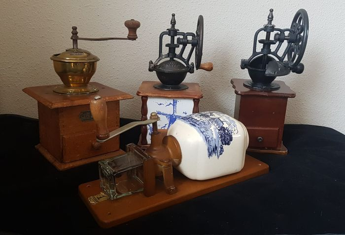 Coffee grinders (4) - Copper, Earthenware, Iron (cast/wrought), Wood - Early 20th century