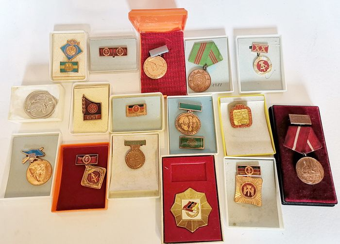 Germany - Lot of 16 GDR medals, badges and pins - 1961
