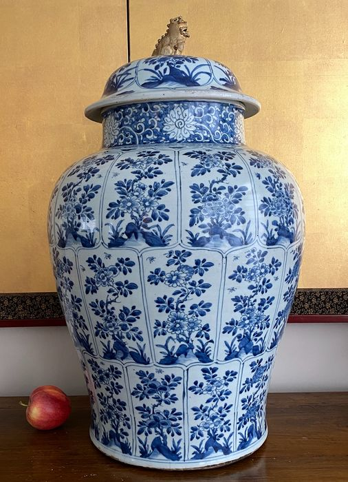 Maljakko - Posliini - Chinese - Huge lidded vase (h. 64,5 cm!) - Petal shaped panels with different florals and insects - Kiina - Kangxi (1662-1722)