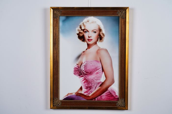 All About Eve (1950) - Marilyn Monroe - Photographie, 01/01 - 80x60 cm - Classic Gold Frame - Framed, with numbered COA, Hologram and QR Code