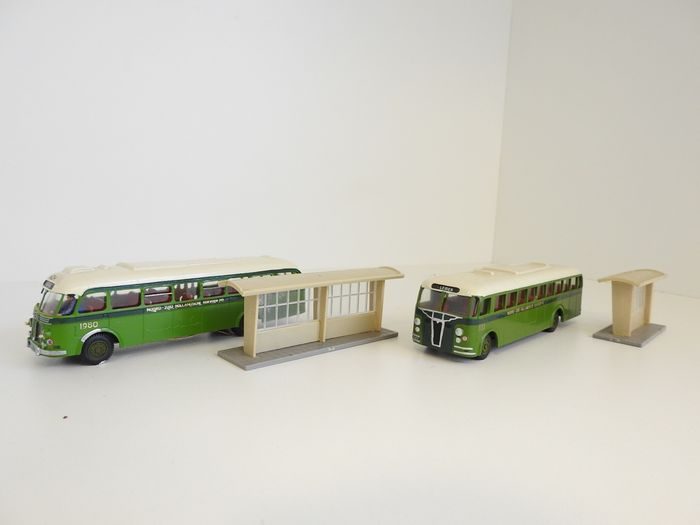 HB Model H0 - SD 42-1 / SD 42-2 - Scenery - Crossley buses in the green livery with bus shelters - NZH