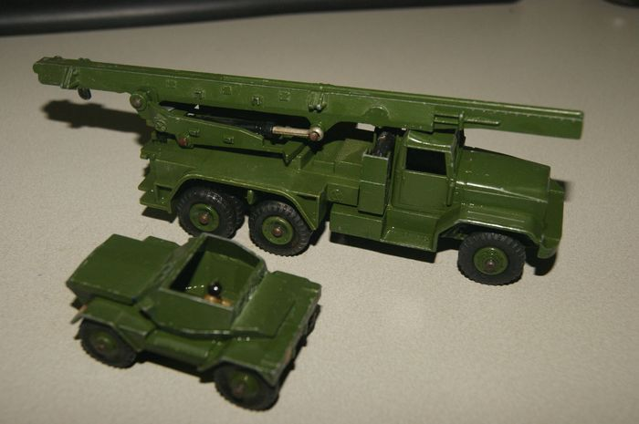 """Dinky Toys - 1:48 - Original First Issue """"Honest John"""" Missile Launcher no.665 - 1964 - British Army """"Daimler"""" Scout Car met Original Driver no.673 - 1954"""