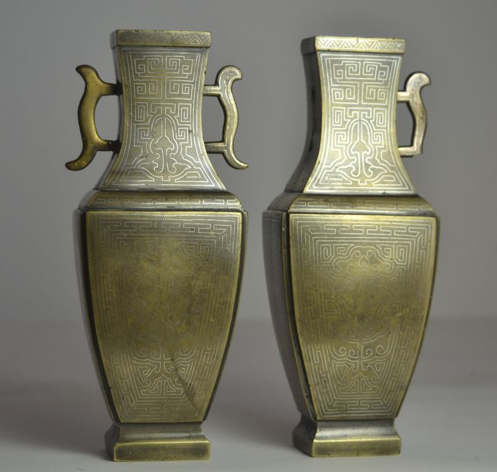 Vasi (2) - Bronzo, Intarsio d'argento - Pair of bronze vases inlaid with silver, marked 'Shi Sou' - Cina - XIX secolo