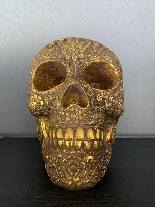 Gold skull, richly decorated - Resin
