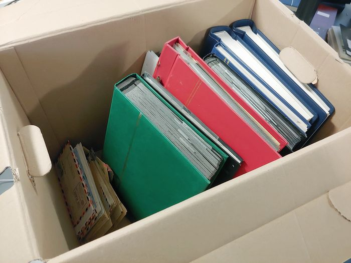 World - Accumulation of collections o.a British Commonwealth ( Gambia, Rhodesia, Tonga) Belgium and Letters