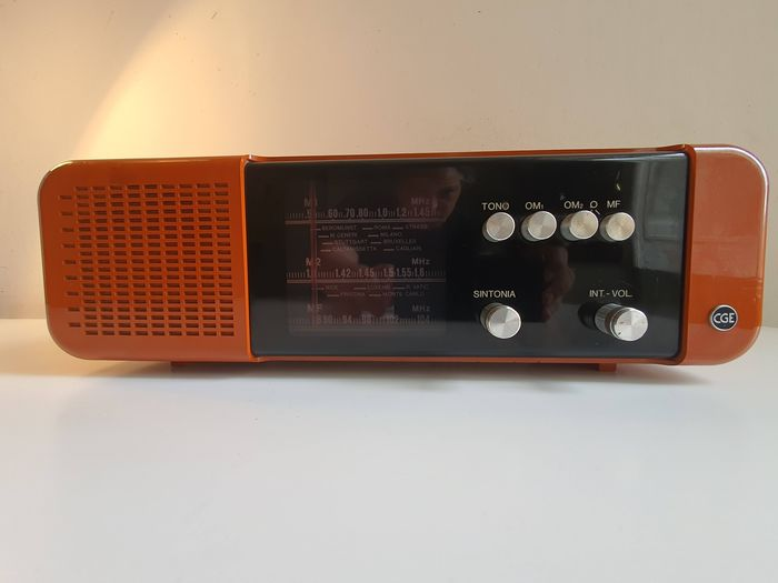 """General Electric USA - Model CGE """"Hot dog"""" Space Age AM - FM - Radio"""