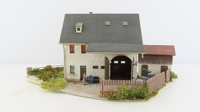 """Busch, Vollmer H0 - Scenery - """"Corner House with Barn and Chickens"""" - Geweatherd"""