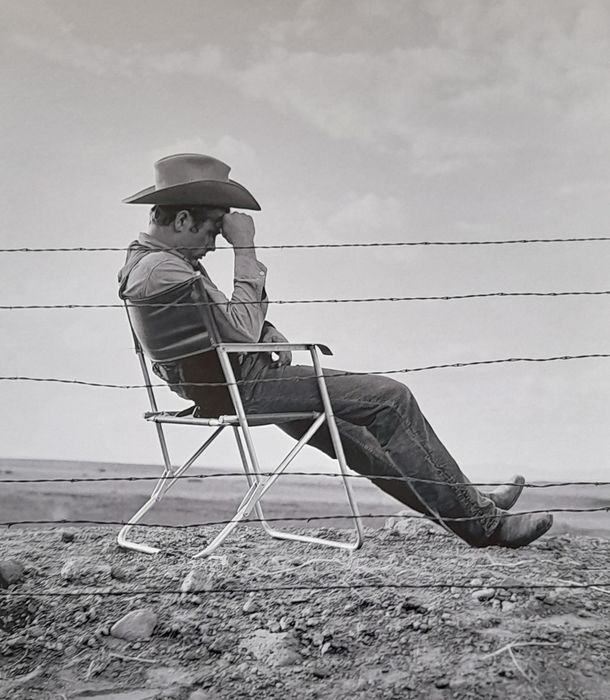 Giant (1956) - James Dean - Resting on Set - Foto, Artist's Stamp & Seal - Frank Worth (1923-2000) Size 48x33 cm - with COA