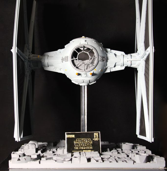 Star Wars - Icons Masterpiece Series / Lucasfilm Ltd. - Replica rekwisiet, 1/1 Tie Fighter Model on Base - Nr 0669 of 1977 planned, but not produced