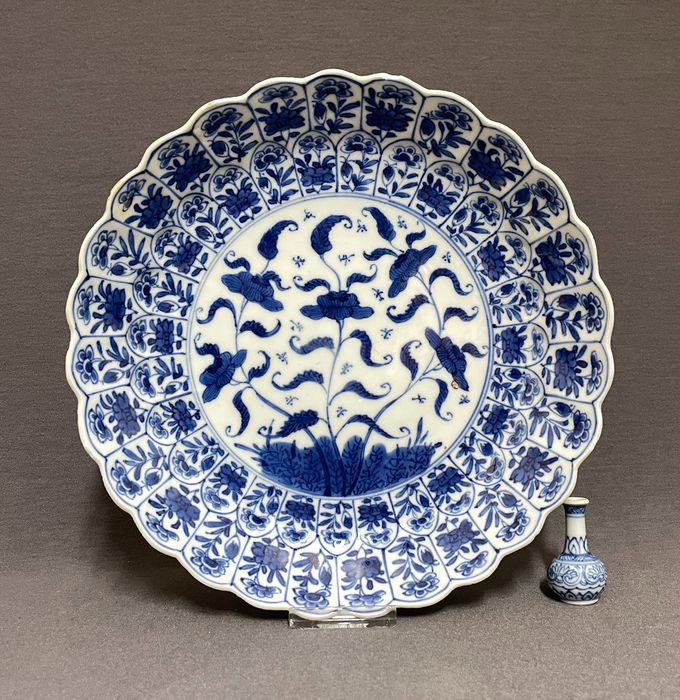 Soucoupe - Porcelaine - Chinese - Fluted saucer - Insects - Florals - Chine - Kangxi (1662–1722)