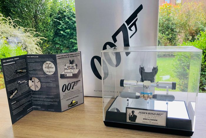 """James Bond 007 : Die Another Day & Thunderball - Authentic 1:1 Scale Set of """"Underwater Breathers"""" in Display Case - #179 of only 312 - Factory Entertainment - Replica rekwisiet, very rare - No reserve! - See images and description"""