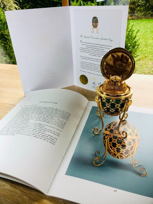 """James Bond 007: Octopussy - """"The Property of A Lady"""" - Imperial Coronation Egg, Gold plated with Swarovski Crystals - 1 - Replica rekwisiet, Verzamelaarsuitgave, with COA and replica Auction Catalogue - See images and description"""