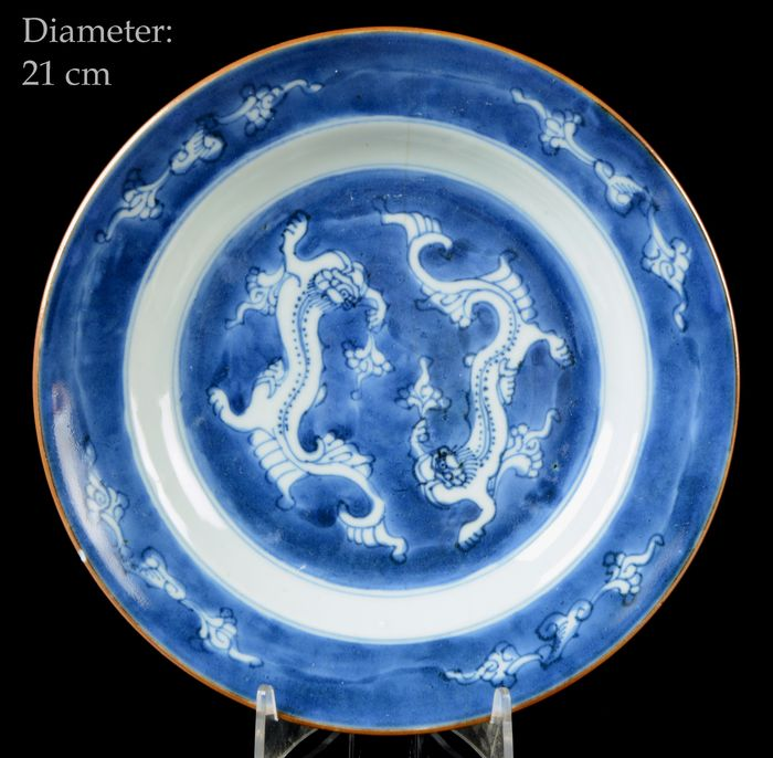 A Chinese 'Dragons' plate - Blue and white - Porcelain - Dragons amidst clouds, Linghzi fungus - China - Kangxi (1662-1722)