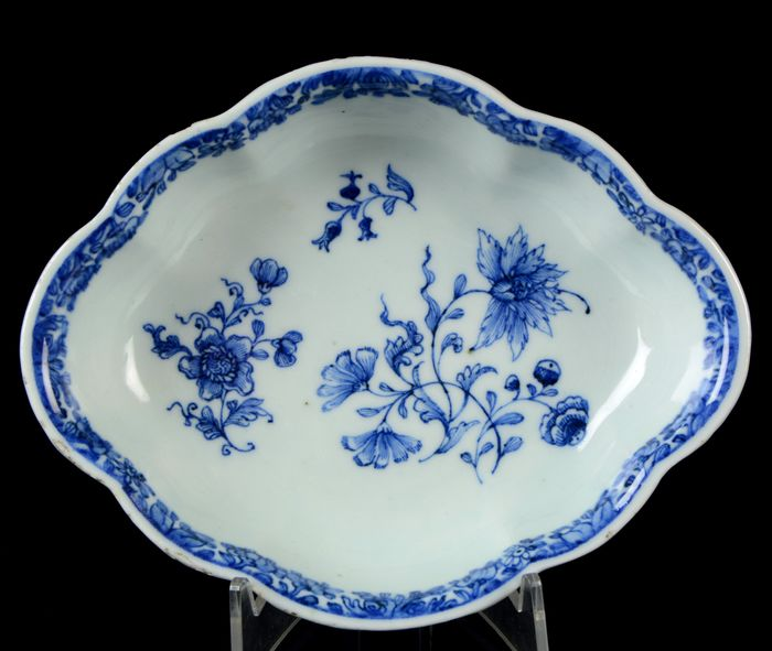 A small Chinese octafoil lobed platter - Bowl - Blue and white - Porcelain - Flower sprays and scholar objects - China - Qianlong (1736-1795)