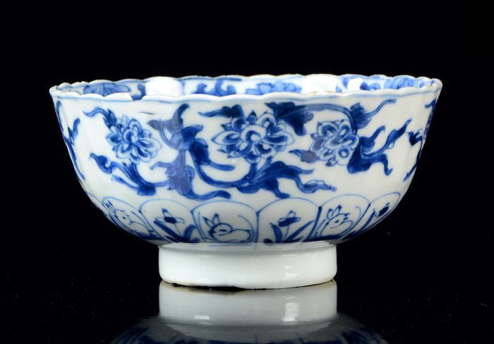 A Chinese 'Flowers' lobed bowl - Blue and white - Porcelain - 'Flowers' bowl - China - Kangxi (1662-1722)