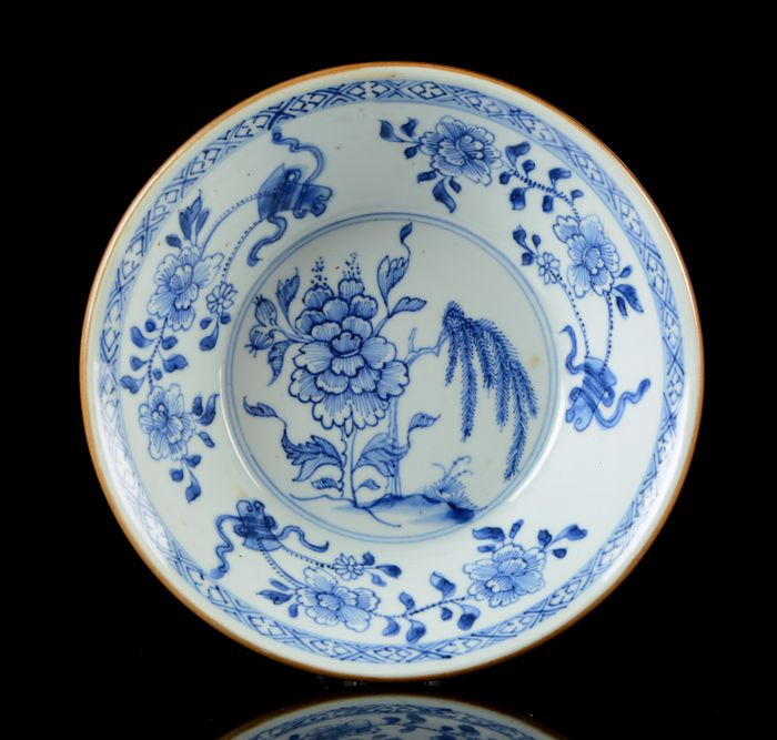 A Chinese conical bowl - Blue and white - Porcelain - Flower sprays, flower, tree - Peony and willow pattern - Perfect condition - China - Qianlong (1736-1795)