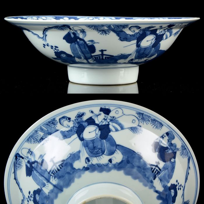 A large Kangxi style bowl (dia. 24,5 cm) - Blue and white - Porcelain - 'Immortals' bowl - China - Late 19th century