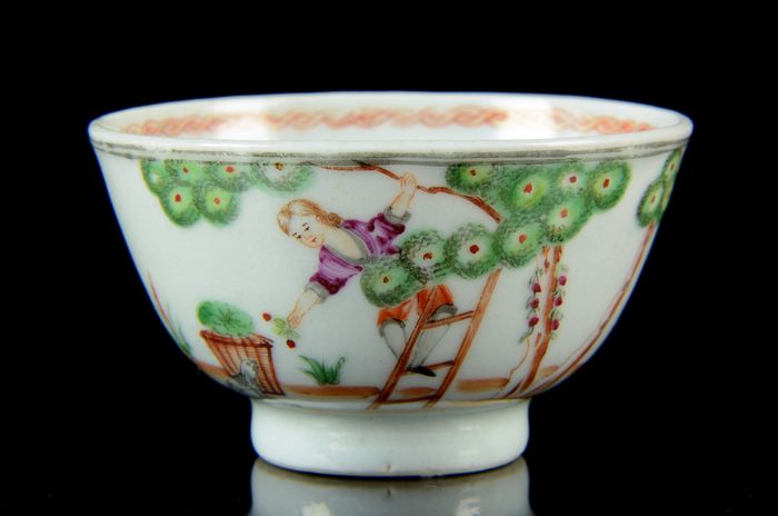 A Chinese 'Cherry picker' cup - Famille rose - Porcelain - European subject - China - Qianlong (1736-1795)