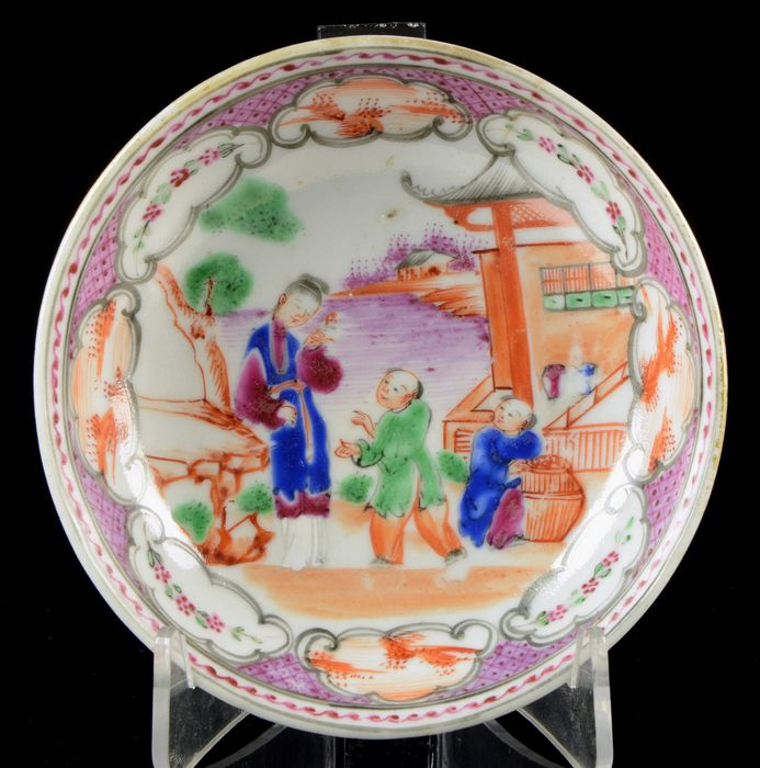 A Chinese saucer - Famille rose, Iron red - Porcelain - China - Yongzheng (1723-1735)