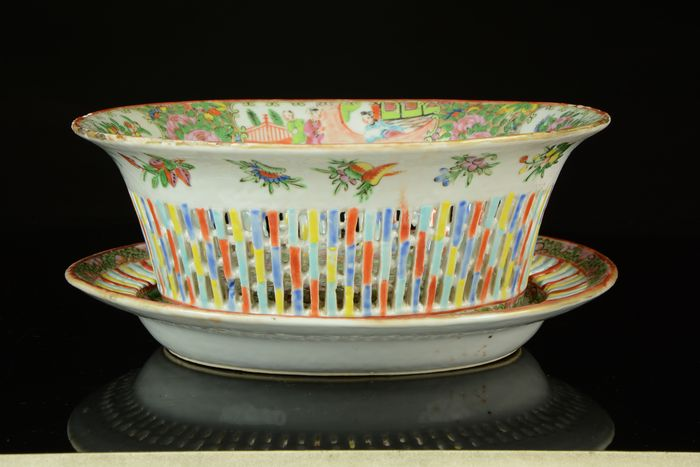 A large reticulated oval bowl (basket for fruits) and platter (1) - Canton, Famille rose, Rose Medallion - Porcelain - Mandarin interior scenes / birds and flowers - No reserve price - China - Tongzhi (1862-1874)