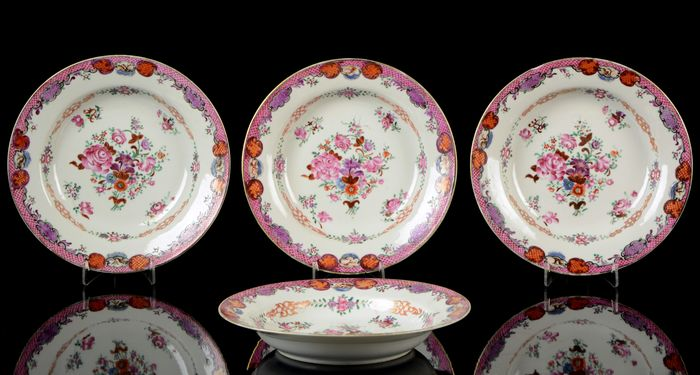 A service of four Chinese deep plates, soup dishes (4) - Famille rose - Porcelain - Flower sprays - China - Yongzheng (1723-1735)