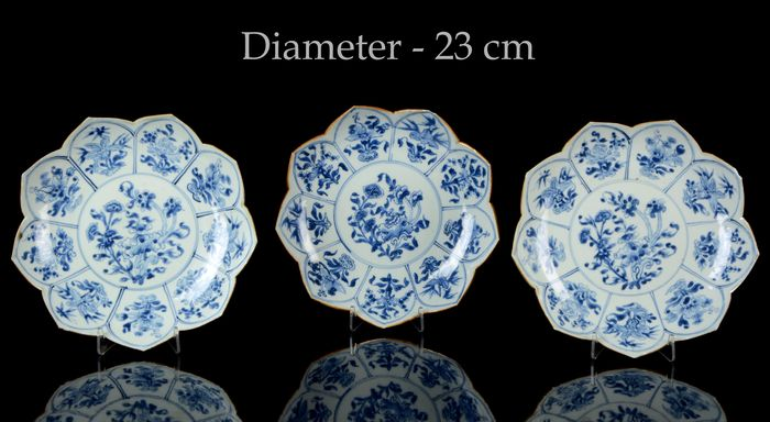 A rare set of three Chinese molded 'lotus' plates (3) - Blue and white - Porcelain - Flowers - China - Kangxi (1662-1722)