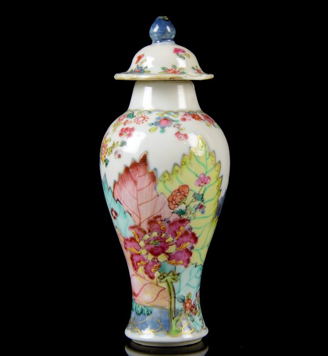 A Chinese miniature baluster vase and cover (2) - Famille rose, Blue underglaze - Porcelain - 'Tobacco Leaf' pattern - China - Qianlong (1736-1795)