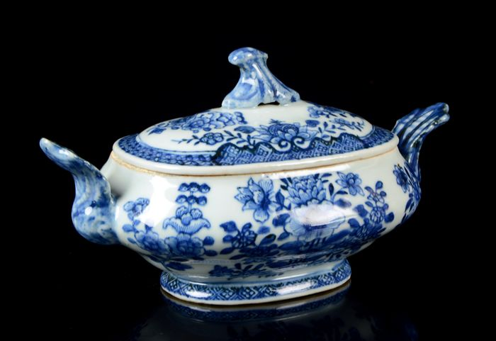 A small Chinese tureen and cover (2) - Sugar / butter bowl - Blue and white - Porcelain - Flowers - No reserve price - China - Qianlong (1736-1795)