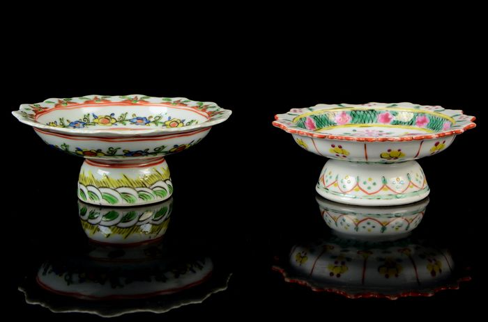 Two Bencharong stemmed plates (2) - Famille rose - Porcelain - Straits Chinese Porcelain - tazza, altar dish - China, export for South East Asia - 19th century
