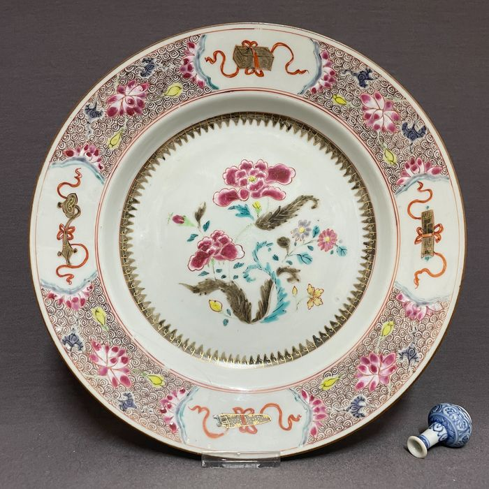 Plate - Fencai - Porcelain - Chinese - Tobacco leafs, florals, ruyi scepter, booklets, scroll and musical instrument - China - Yongzheng (1723-1735)
