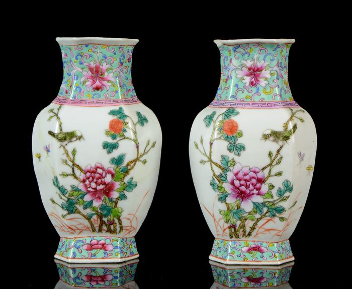 A pair of small Chinese hexagonal mirror vases (2) - Famille rose, Turquoise ground - Porcelain - Flowering plants, peaches, grass - NO RESERVE PRICE - China - Tongzhi (1862-1874)